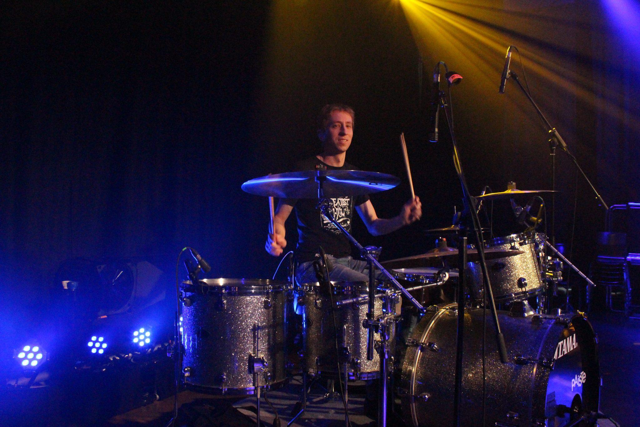 Ihr Fit for drum Trainer Florian Fochs beim drummen